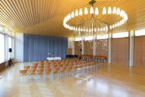 Saal und Bühne, mit Konzertbestuhlung 200 Sitzplätze